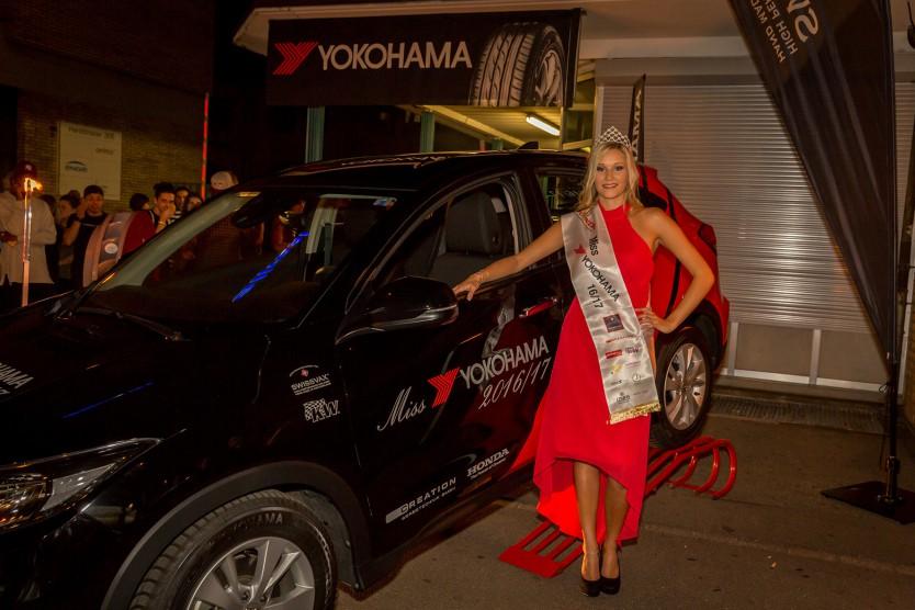 Hübsches Paar: Romana Möckli mit dem Hauptpreis, dem Honda HR-V, den sie in ihrem Amtsjahr als Miss YOKOHAMA 2016/17 fahren darf.