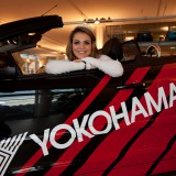 Miss Yokohama Deborah Vanzin fährt auf Peugeot ab
